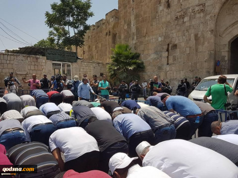 Palestinians pray outside Aqsa mosque in 4th consecutive day of constraints