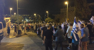 Jewish settlers go on night march in occupied al-Quds