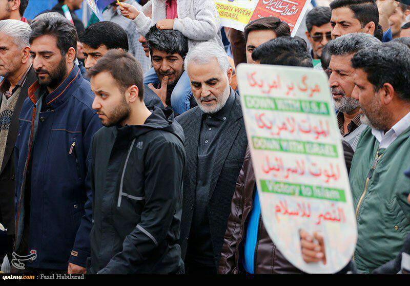 حضور سردارسلیمانی در راهپیمایی ۲۲بهمن+عکس 2