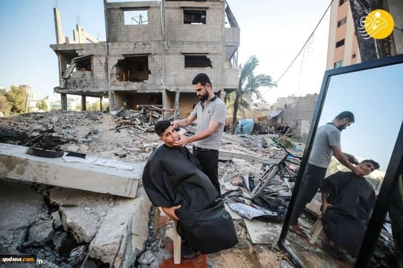 زندگی ادامه دارد؛ آرایشگری در میان ویرانههای غزه (عکس) 2